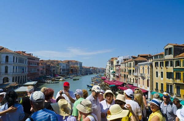 Italy, Veneto, Venice, Tourists on the Rialto Bridge over Grand Canal,